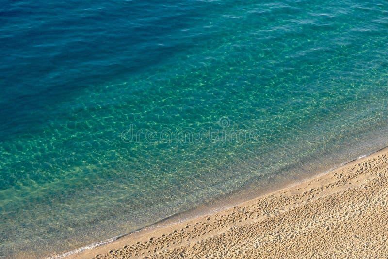 Azuurblauwe zeewaters en gouden zand Tropea, Italië royalty-vrije stock afbeelding