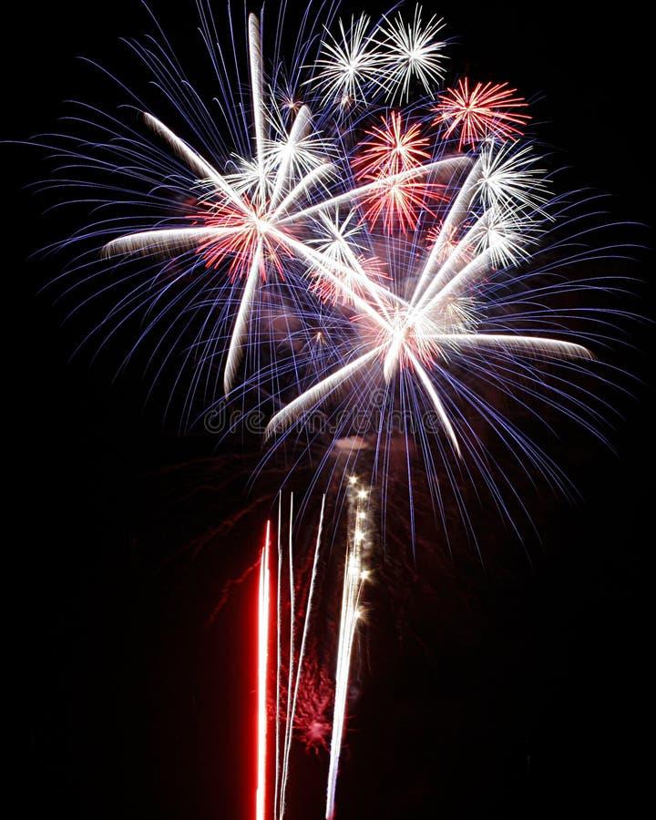 Azzurro bianco rosso di esplosioni degli indicatori luminosi dei fuochi d'artificio immagini stock