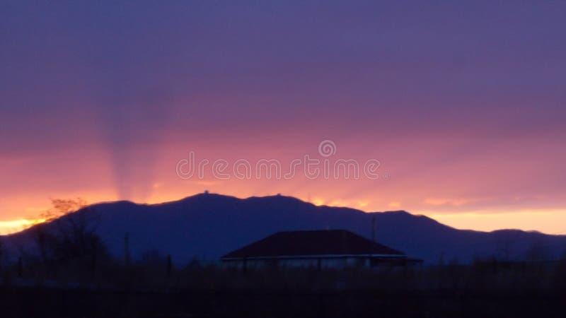 Azzurro e colore rosa Alba sopra le montagne fotografia stock libera da diritti