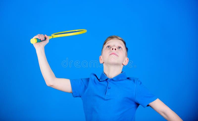 bádminton Jugador de tenis con la raqueta Actividad del bádminton Entrenamiento del bádminton del muchacho adolescente Éxito del  fotos de archivo