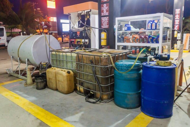 BÁLSAMO DE TOLÚ, COLOMBIA - 31 DE AGOSTO DE 2015: Diversos envases de la gasolina en una gasolinera en Tol imagen de archivo