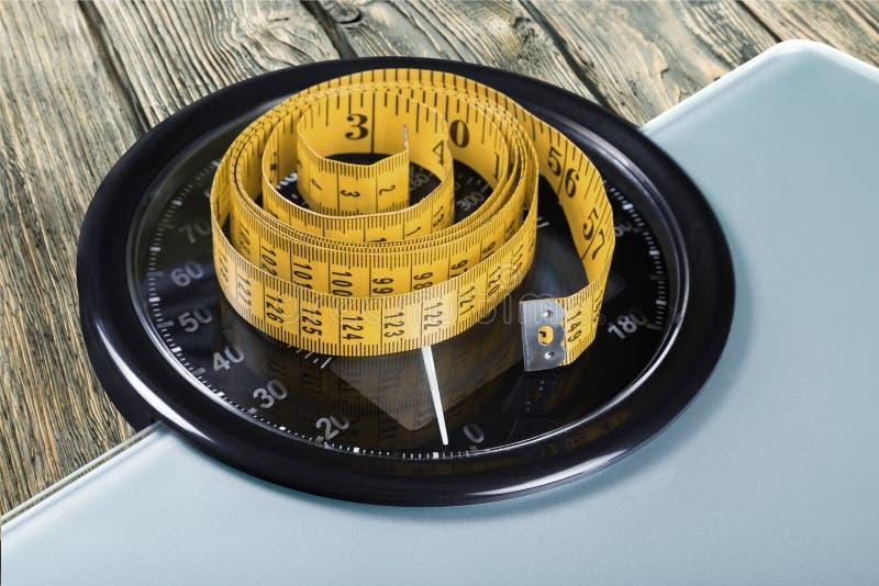 Báscula de baño con una cinta métrica, primer foto de archivo libre de regalías