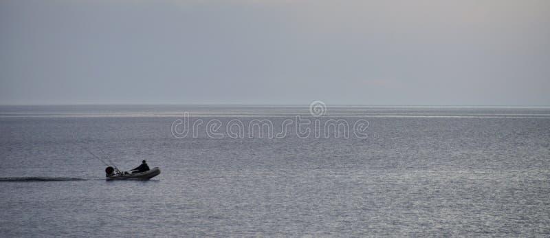 Bâteau de pêche avec le pêcheur images libres de droits
