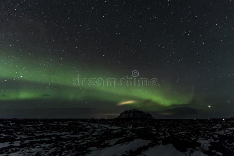 Bâti ci-dessus Búrfell Islande de lumières du nord photo stock