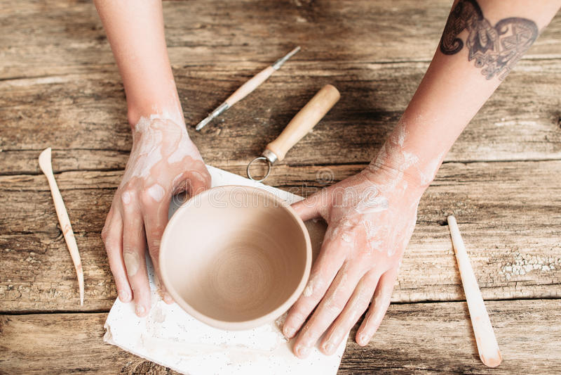 Bâti de poterie sur la vue supérieure en bois de table image libre de droits