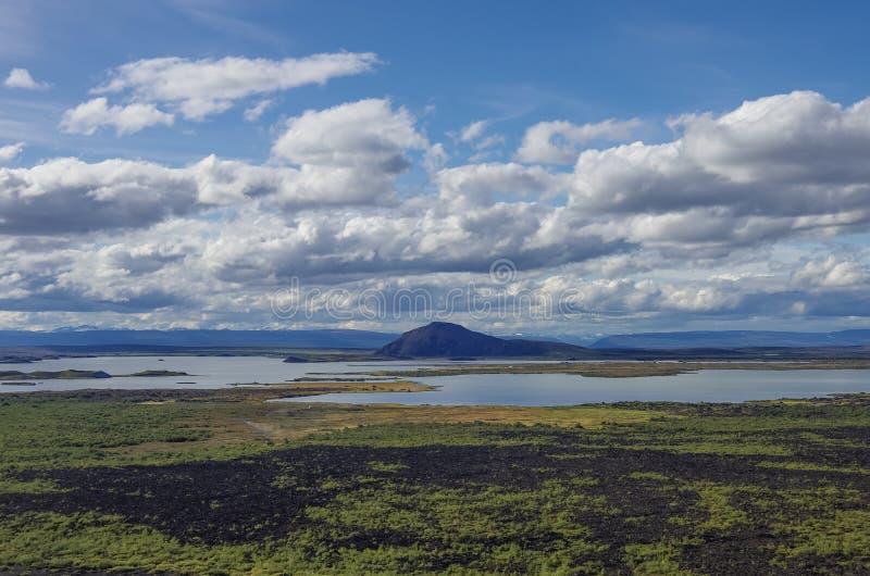 Bâti de Pseudocraters et de valcano Panorama d'été de Myvatn de lac pour photo libre de droits
