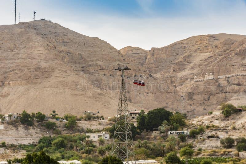 Bâti des tentations et du cours de funiculaire au monastère des tentations dans la vallée de la Jordanie Jericho Palestinian images libres de droits