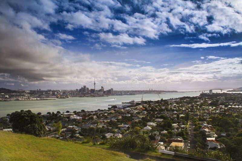 Bâti dramatique Eden New Zealand North Island d'horizon de paysage urbain d'Auckland image libre de droits