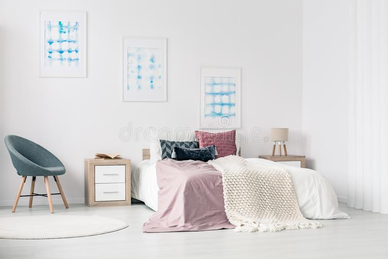 Bâti grand dans la chambre à coucher photographie stock