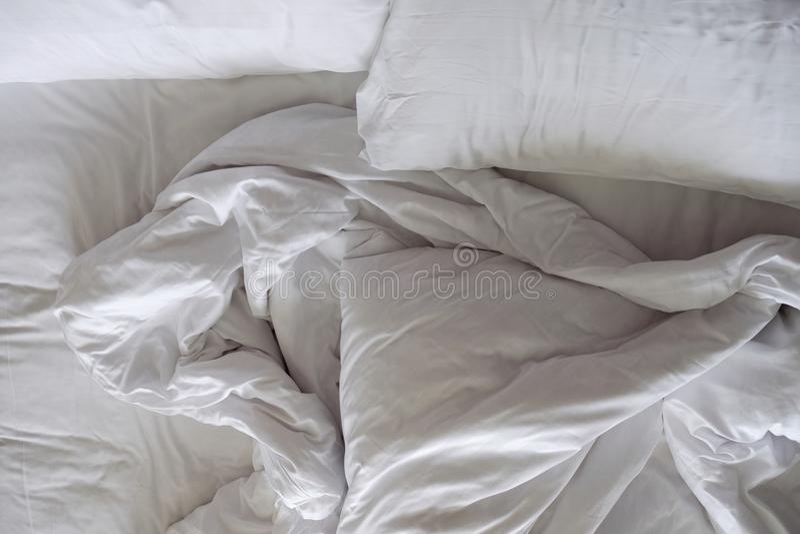 Bâti malpropre Oreiller et couverture blancs dans la chambre à coucher, la relaxation et le C photographie stock