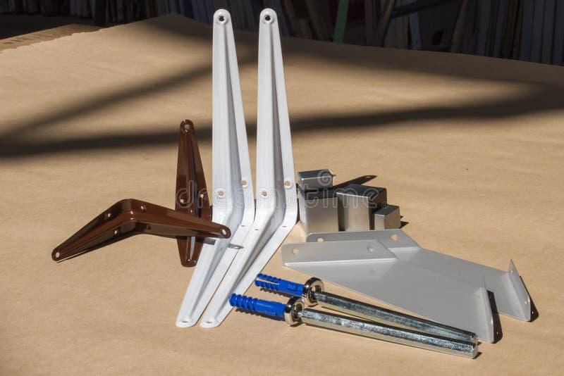 Bâti pour les étagères ou le bois en verre Attaches pour des meubles, étagères de différents matériaux, différentes couleurs et f image libre de droits