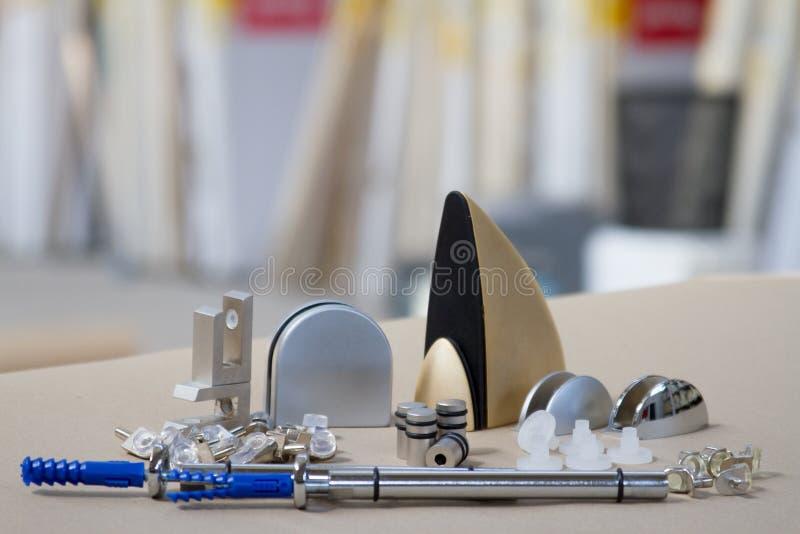 Bâti pour les étagères ou le bois en verre Attaches pour des meubles, étagères de différents matériaux, différentes couleurs et f photo stock