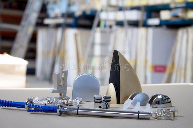 Bâti pour les étagères ou le bois en verre Attaches pour des meubles, étagères de différents matériaux, différentes couleurs et f image stock