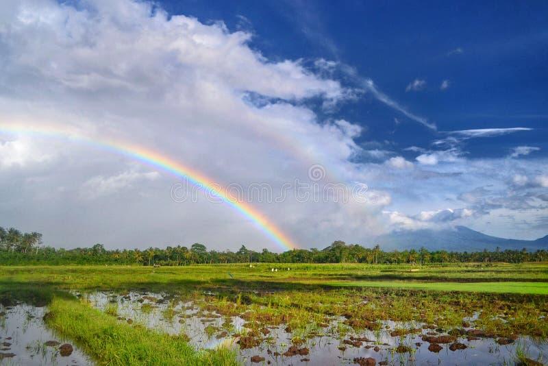 Bâti proche Raung de double arc-en-ciel images libres de droits