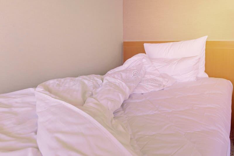Bâti qui n'est pas encore fait malpropre avec le cache d'oreiller et d'édredon photographie stock