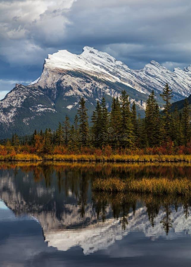 Bâti Rundle reflété parc national dans lacs vermeils, Banff photographie stock