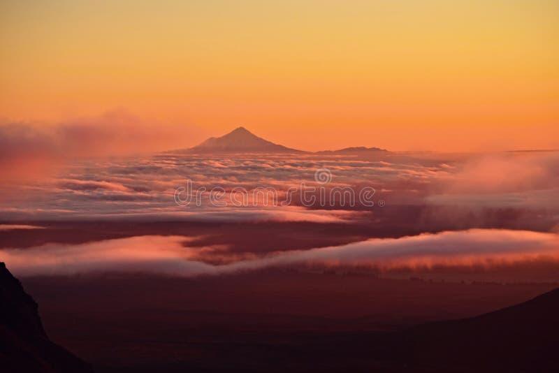 Bâti Taranaki dans la lumière de coucher du soleil dans la distance, Nouvelle-Zélande photo libre de droits