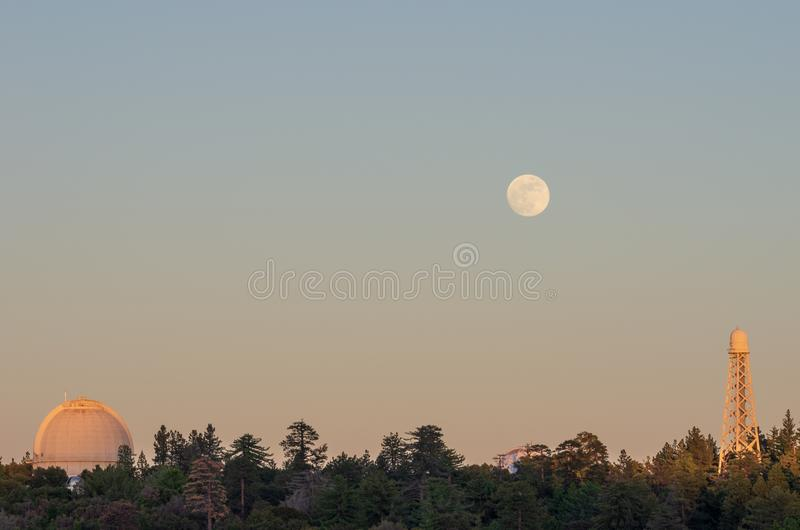 Bâti Wilson Observatory et augmentation de lune image stock