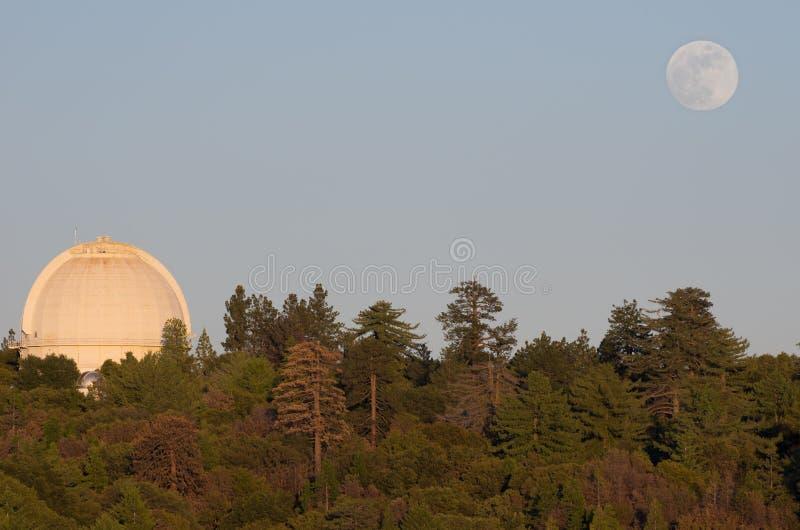 Bâti Wilson Observatory et augmentation de lune photo libre de droits