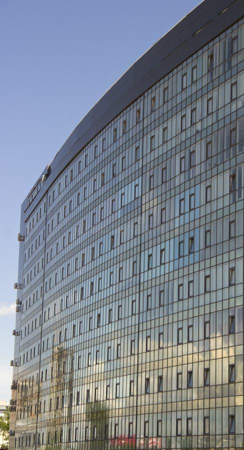 bâtiment à plusiers étages avec des vitraux et l'abondance de la climatisation images stock