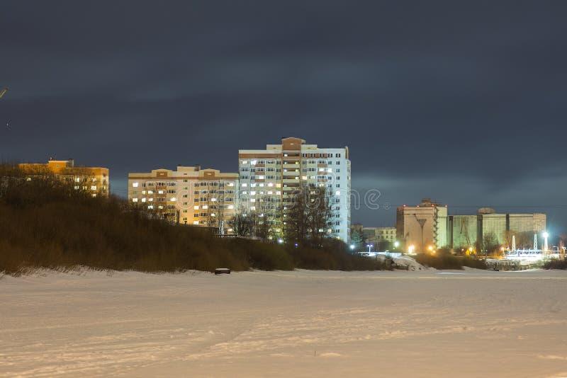 Bâtiment à plusiers étages sur le bord de mer la nuit image stock