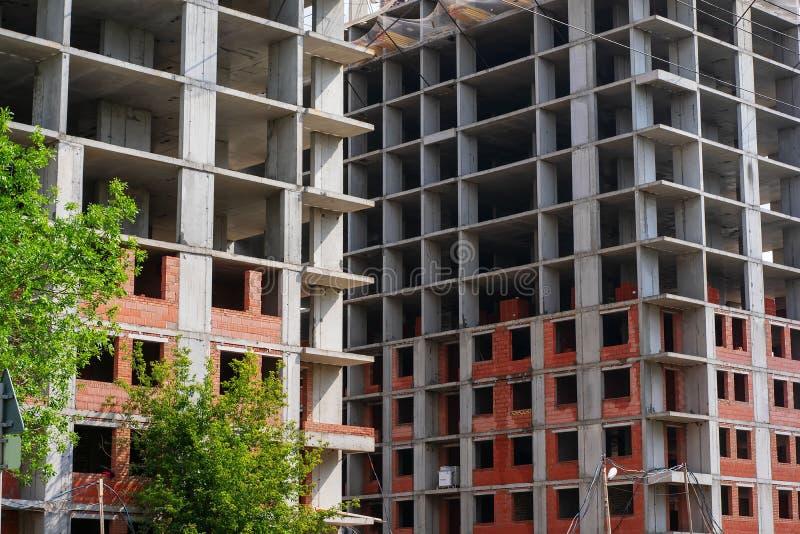 Bâtiment à plusieurs étages inachevé. Fragment de la façade d'un immeuble d'habitation monolithique en construction photo libre de droits