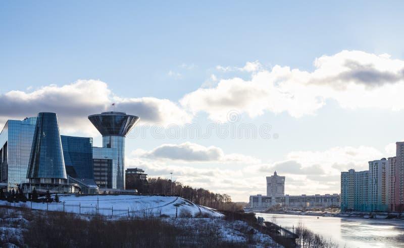 Bâtiment étonnant sur les banques de la rivière couverte de la glace photographie stock libre de droits
