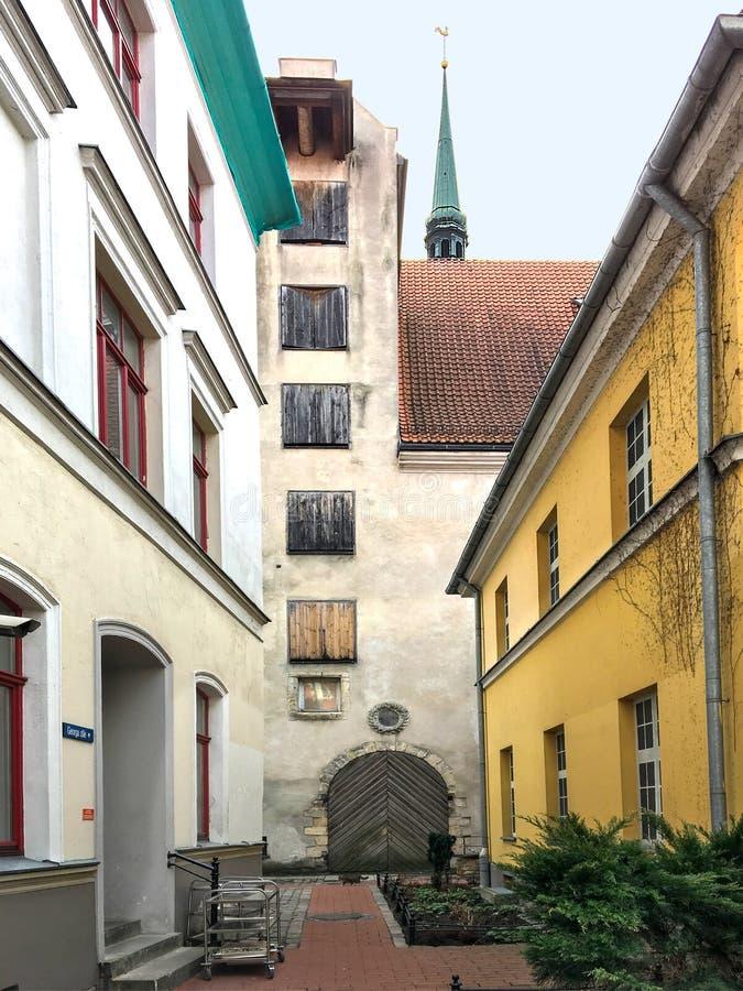 Bâtiment étroit de cour et de grange à vieux Riga image stock