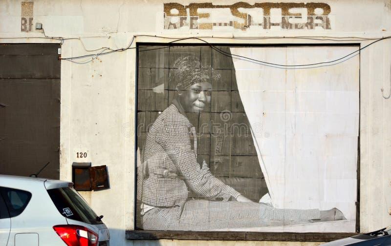Bâtiment abandonné avec la photo réaliste d'une femme image libre de droits