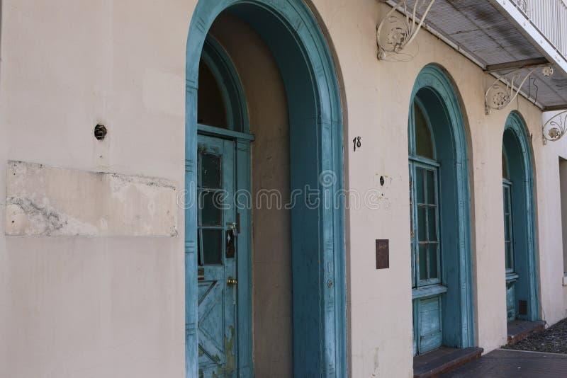 Bâtiment abandonné de ville attendant la rénovation photos libres de droits