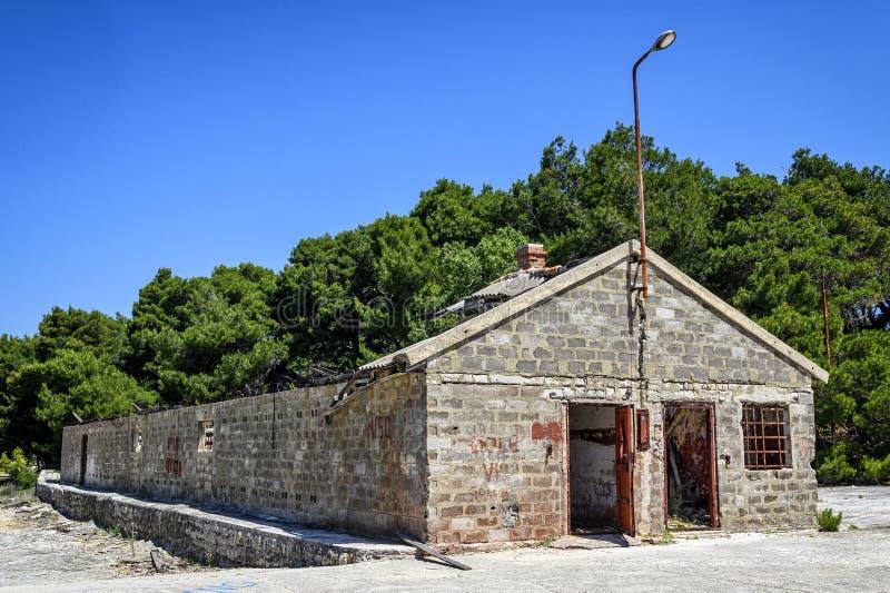 Bâtiment abandonné sur l'otok de Goli, prison politique en Yougoslavie ex photographie stock libre de droits