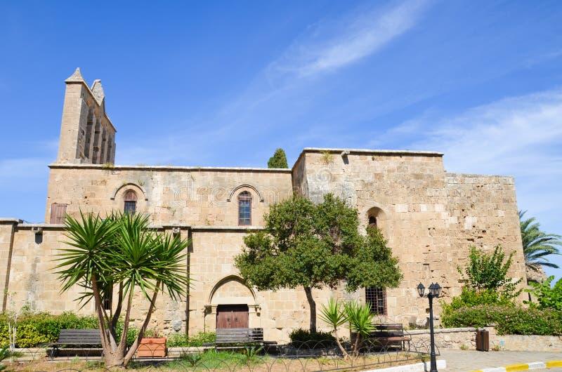 Bâtiment antique d'abbaye de Bellapais dans la petite ville chypriote Bellapais dans la région turque de la Chypre avec le ciel b photos stock