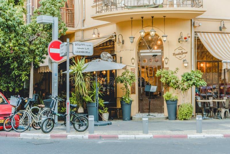 Bâtiment antique dans la ville urbaine de Tel Aviv Balcon et rue de style de bauhaus Vieille maison de façade image stock