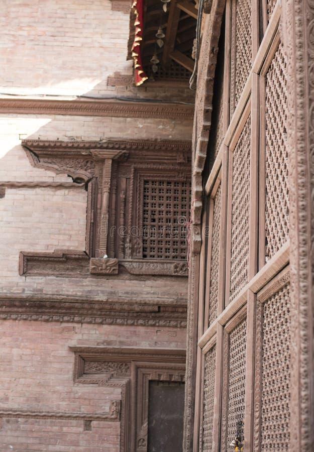 Bâtiment antique du Népal avec des briques et des fenêtres en bois photo libre de droits