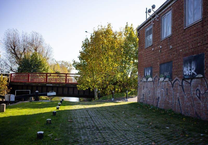 Bâtiment avec graffiti à côté des canaux photos libres de droits