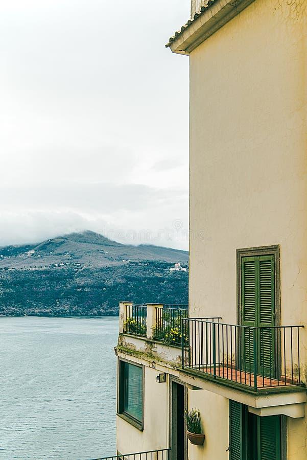bâtiment avec la belle vue sur l'albano de lac et les collines d'Alban en Castel Gandolfo, Rome photo libre de droits