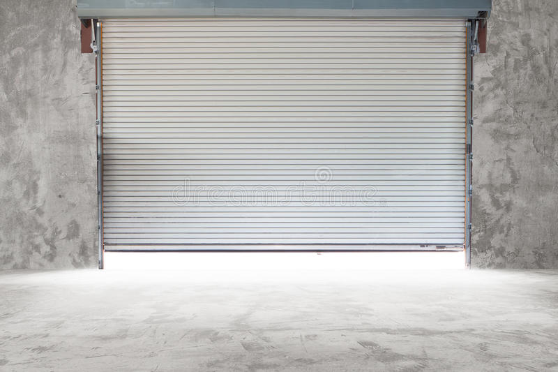 Bâtiment avec la porte de volet de rouleau photos stock