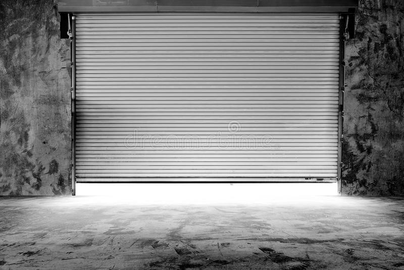 Bâtiment avec la porte de volet de rouleau photographie stock libre de droits