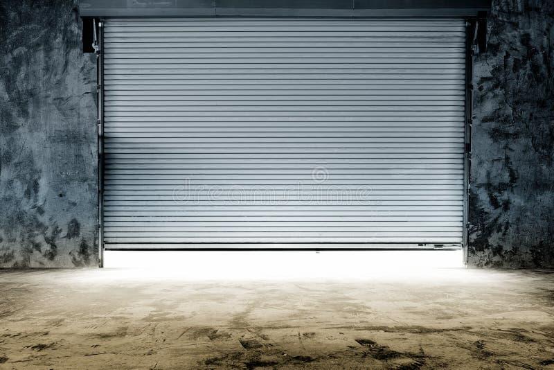 Bâtiment avec la porte de volet de rouleau images stock