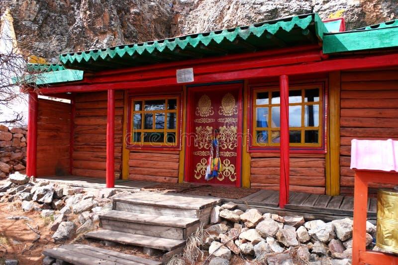 Bâtiment avec la porte rouge peinte de symboles bouddhistes traditionnels dans le monastère de Tovkhon, province d'Ovorkhangai, M photo stock
