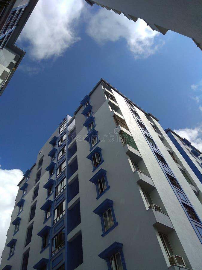 Bâtiment avec le ciel clair photos libres de droits
