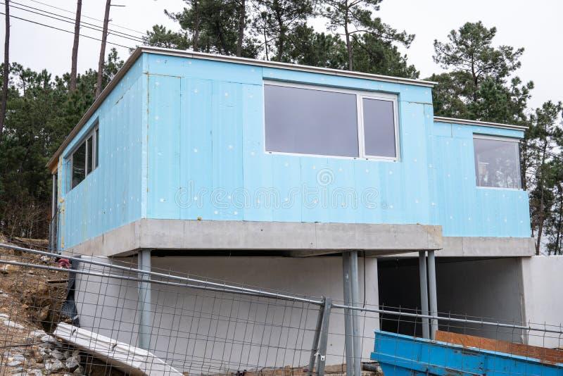 Bâtiment avec le panneau rigide bleu de polystyrène photos stock