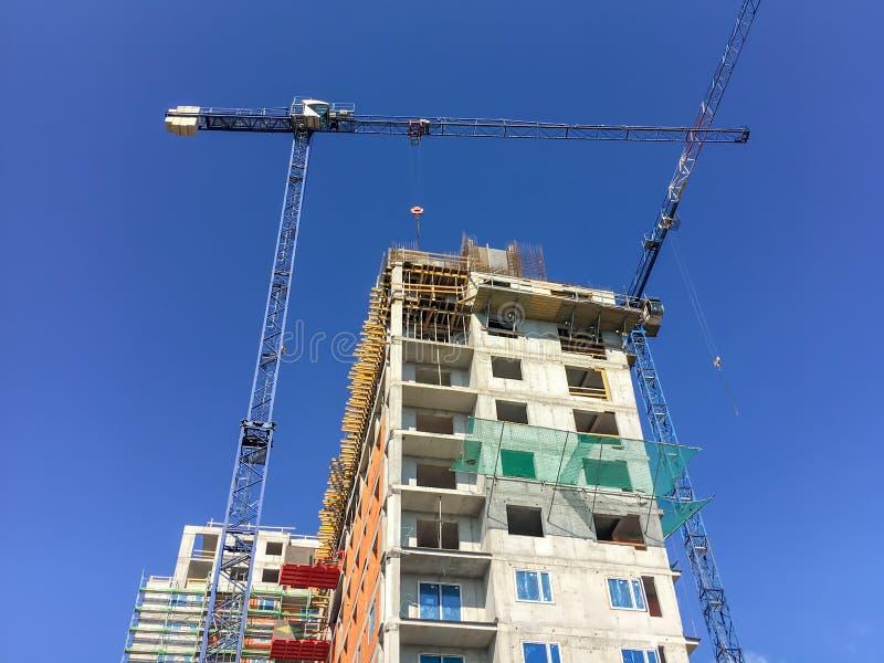 Bâtiment ayant beaucoup d'étages avec des grues en construction Grand bâtiment photographie stock