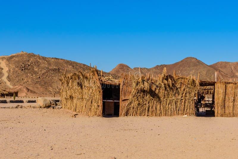 Bâtiment bédouin des brindilles de paume dans un désert pas loin de ville de Hurghada, Egypte images stock