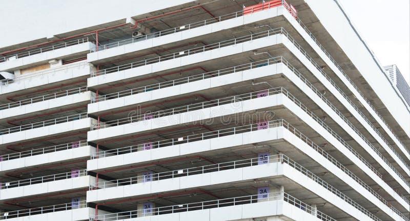 Bâtiment blanc pour le parking l'espace pour le parking photographie stock libre de droits