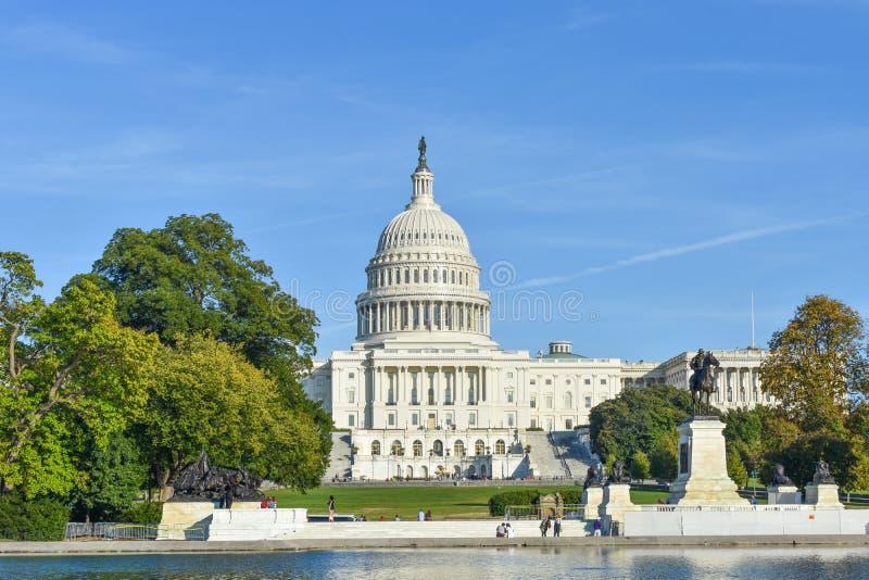 Bâtiment capitale des Etats-Unis d'Amérique et piscine se reflétante images libres de droits