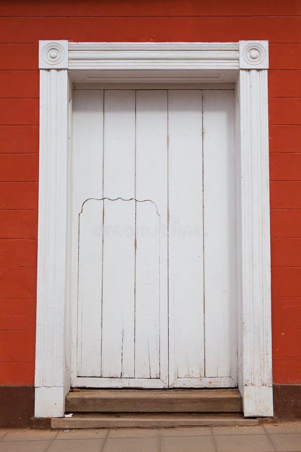 Bâtiment colonial typique avec de grandes et petites portes, Trinidad images stock