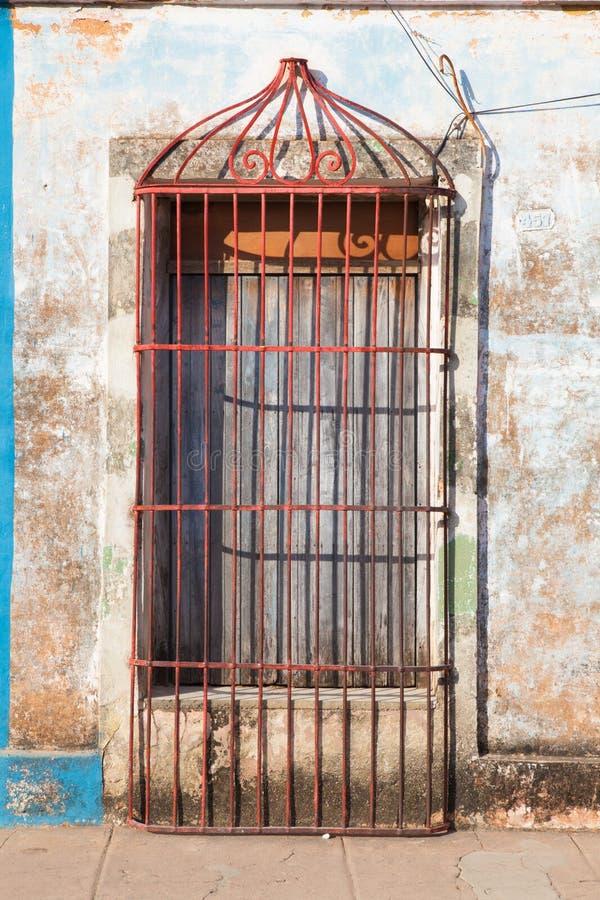 Bâtiment colonial typique avec la grille de fer de porte, Trinidad, images libres de droits