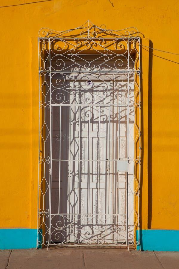 Bâtiment colonial typique avec la grille de fer de porte, Trinidad, photos stock