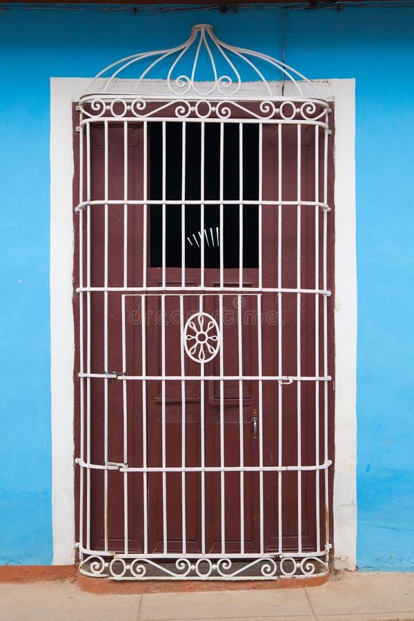Bâtiment colonial typique avec la grille de fer de porte, Trinidad, Cuba images stock